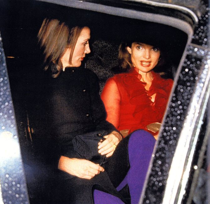 Jackie Kennedy Onassis, wearing a red Valentino, 14 nov. 1970 - with her sister Lee Radziwill - photo Ron Galella