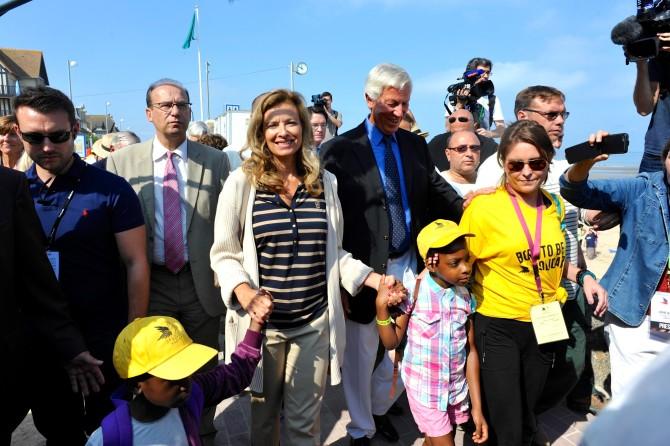 Valerie-Trierweiler-a-la-plage-avec-les-enfants-sans-vacances