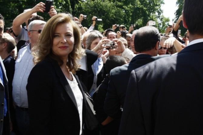 Valerie-Trierweiler-plus-question-de-faire-parler-elle-reste-dans-l-ombre-de-Francois-Hollande-!_portrait_w674