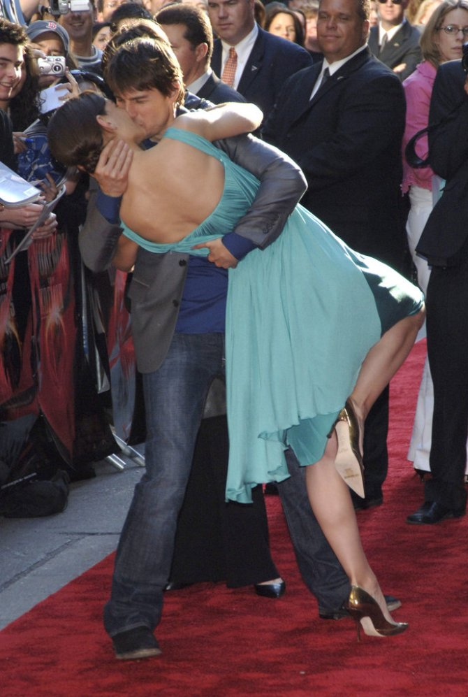 Tom-Cruise-dipped-Katie-Holmes-red-carpet-June-2005