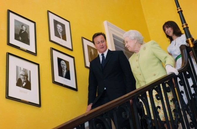 britain039s-queen-elizabeth-walks-down-staircase-number-10-downing-street-prime-minister