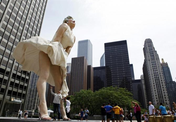 132086-26-foot-tall-statue-of-marilyn-monroe-in-chicago