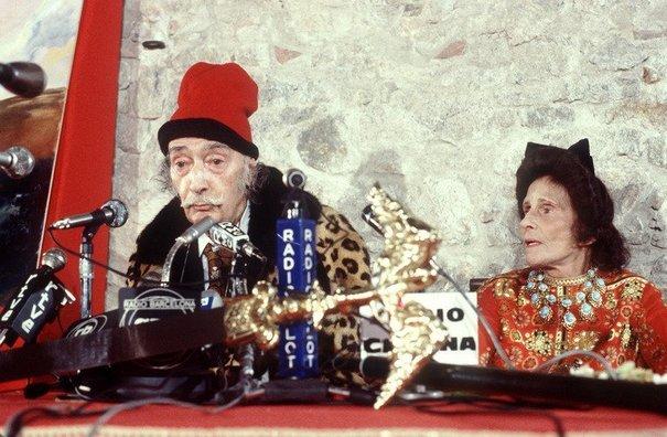 89655_salvador-et-gala-dali-le-27-octobre-1980-au-cours-d-une-conference-de-presse-a-figueras-en-espagne