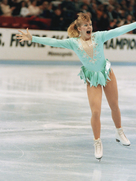 A jubilant Tonya Harding acknowledged the crowd as she came out of her successful triple axel on her way to winning the U.S. Figure Skating Championships on Feb. 16, 1991 in Minneapolis. Harding, of Portland, Oregon, became the first American woman to perform a triple axel in competition. (AP Photo/Jim Mone) Tonya Harding fährt am 16. Februar 1991 jubelnd übers Eis. Als erste amerikanische Eiskunstläuferin gelang es ihr einen dreifachen Axel in einem Wettbewerb zu zeigen und gewann damit die US-Meisterschaft.
